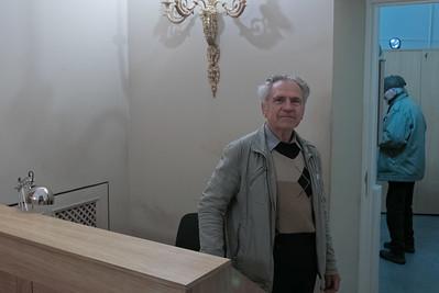 Mit diesem akten Mann im Institut und seinem Kollegen im Hintergrund muss ich jeden Morgen im Institut Smalltalk machen. Allerdings auf Deutsch!