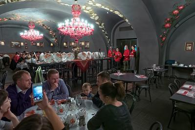 Am Freitag Abend waren wir mit einer kleinen Gruppe von Kirsteilnehmern, drei jungen Mädchen aus Italien, Deutschland und Holland, essen. Die Bedienung überraschte zwischendurch immer wieder mit Gesangseinlagen.