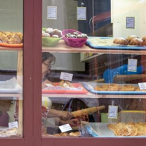 In dieser kleinen Bäckerei auf dem markt in der Nähe meiner Wohnung habe ich Kuchen gegessen. Dazu gab es einen Capuccino von einen anderem Laden.
