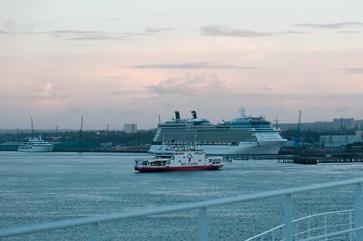 Ein Kreuzfahrtschiff liegt schon im Hafen.