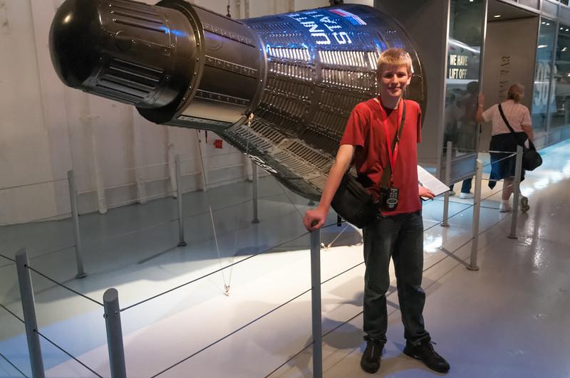 Die Intrepid war auch beim Bergen amerikanischer Astronauten in den 60gern dabei. Erstaunlich wie klein die Gemini Kapseln waren.