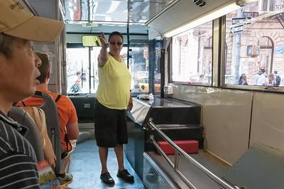 An Kreuzungen beteiligte sich sogar die Busfahrerin an der Führung.