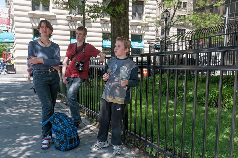In der Mittagshitze mussten wir fast eine Stunde auf den nächsten Bus warten.