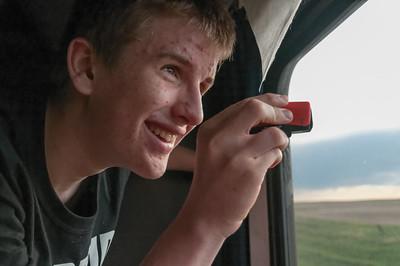 Oskar hat eine kleine Filmkamera dabei.