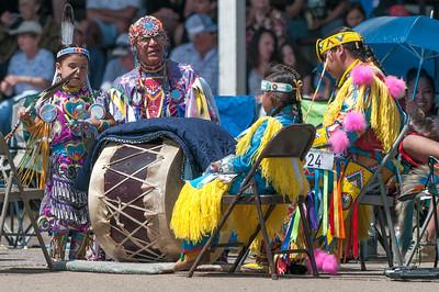 Die Trommler der verschiedenen Stämme sassen im Kreis um die Tanzfläche und haben abwechselnd gespielt.