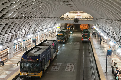 Seattle schein ein gutes Nahverkehrssystem mit Schiene und Bus zu haben. An dieser unterirdischen Stationen werden Schiene und Bus verbunden.