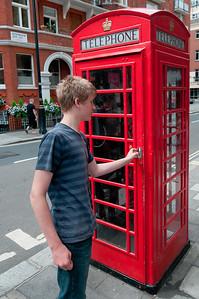 Hallo Jungs. Dies ist eine Telefonzelle. Dort haben wir früher mal telefoniert.