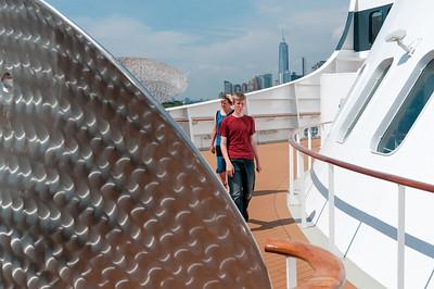 """Die """"Skulptur"""" im Vordergrund ist eines von 8 Propellorblättern, die die QM2 als Ersatz mit sich führt. Sie werden auch die """"Manschettenknöpfe des Kapitäns"""" genannt."""