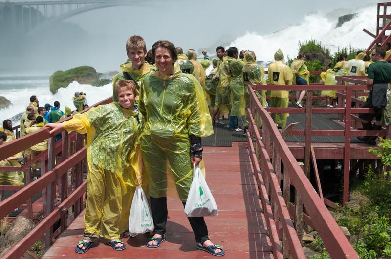 HHier kann man von unten direkt an die Wasserfälle gehen. War ganz schön nass.