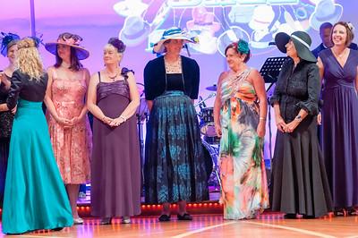 Aber dann hatten alle Damen und Herren mit Hüten eine Parade und wir sahen viele nette Kreationen. Helga war mitten drin.