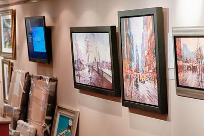 Auf dem Weg zum Ballsaal geht man durch die Kunstgallerie. Die eingepackten Bilder sind schon verkauft.
