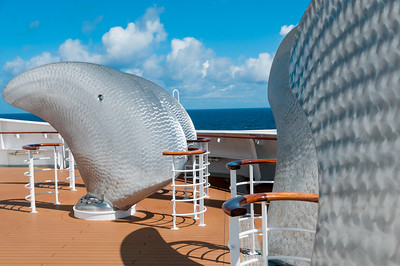 Die 8 Blätter der zwei Ersatzpropeller auf dem Vorderschiff, werden auch Manschettenknöpfe des Kommodore genannt.