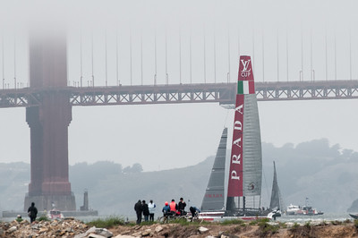 Im Hintergrund die Golden Gate Bridge im Nebel.