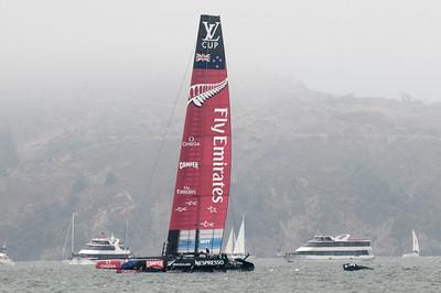 Sie werfen es über Bord (unten rechts) und segeln ohne weiter.