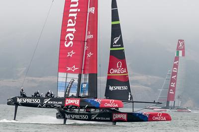 Im Vordergrund Team Neuseeland, die Favoriten im Kampf um wer die USA im September herrausfordern darf. Im Hintergrund das Team Luna Rossa aus Italien.