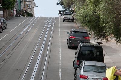 Unglaublich, wie steil die Strassen teilweise sind. Haltestellen sind mitten auf den Kreuzungen, weil dort die Strassen eben sind.