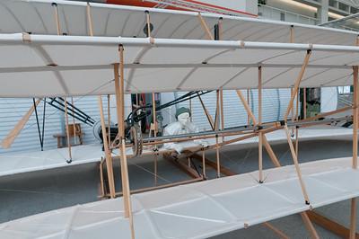 Ein Nachbau des Flugzeuges mit dem die Gebrüder Wright den ersten Motorflug gemacht haben. Das Original wurde noch am Tag des Erstflugs von einem Windstoss zerstört.