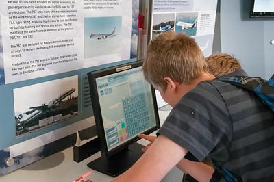 Oskar konstruiert am PC ein Flugzeug.
