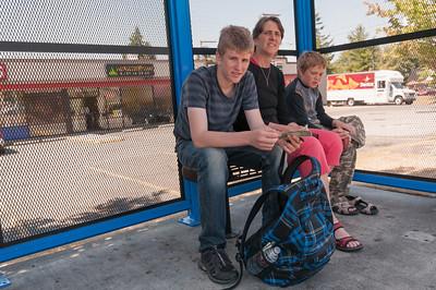 Und wieder warten wir auf einen Bus.