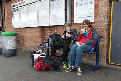 Wir sind nach Manchester geflogen. Von dort aus mit dem Zug in acht Stunden (drei Mal umsteigen) nach Penzance in Cornwall.