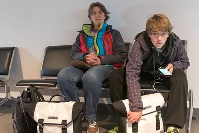 Unser Flieger nach Cornwall ging um 1000. Da hatten wir noch Zeit genug, Richards Geburtstag mit einem Frühstück zu feiern. Mit dem neuen Telefon konnte er am Flughafen sofort auf Jagd nach Pokemons gehen!