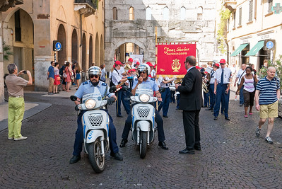 Den Zug in Verona hat eine Polizeieskorte angeführt.