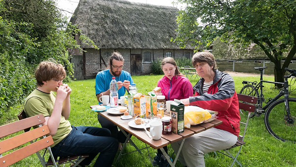 Das Wetter war gut und wir konnten im Garten frühstücken.