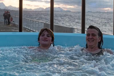 Vorm Abendessen waren wir im Whirlpool baden. Im Wasser war es herrlich warm. Draussen dagegen war es bitter kalt.