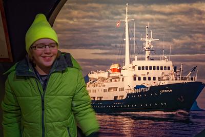 In Stokmarknes hatten wir eine Stunde Aufenthalt, die wir zu einem Besuch im Hurtigrutenmuseum genutzt haben. Die MS Lofoten auf diesem Bild wurde 1964 in den Dienst gestellt und fährt immer noch. Sie wurde zwischendurch mal modernisiert, später aber wieder in den Originalzustand zurück versetzt. Sie fährt immer noch mit dem ersten Motor!