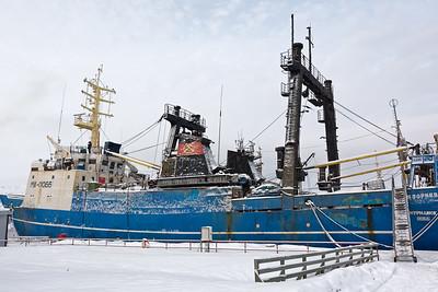 Kirkenes liegt nur etwa 10km von der russischen Grenze. Viele Schilder sind zweisprachig und auch im Hafen sieht man den russischen Einfluss.