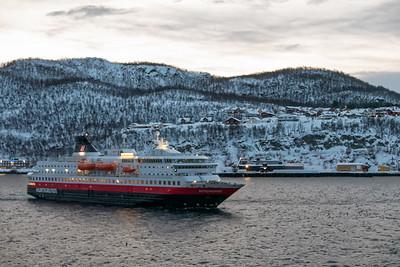 Als wir losfuhren kam uns das Schiff aus dem Norden entgegen, die Nordnorge.