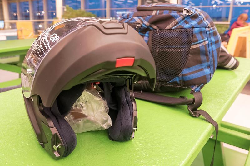Das Geschenk für Uli, der uns die Motorräder vermietet, ist eine selbstgebackene Panettone. Die habe ich sicher im Helm verstaut.