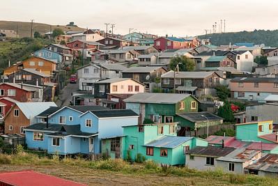 Ancud. Typisch für Chiloe sind dir farbenfrohen Häuser.
