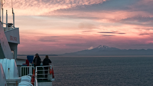 In zwei Stunden sind wir in Puerto Montt. Die Mannschaft entlädt die Fähre in der Nacht. Wir frühstücken um 0700 und dann ging es direkt nach Chiloe.