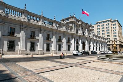 Als ich die Moneda das letzte Mal Anfang der Neunziger gesehen habe, hatte sie noch Einschusslöcher von der Erstürmung durch Pinochets Truppen in 1973. Jetzt ist sie renoviert und wird weiterhin als Präsidentenpalast genutzt. Früher war sie mal die Münzprägeanstalt Chiles.