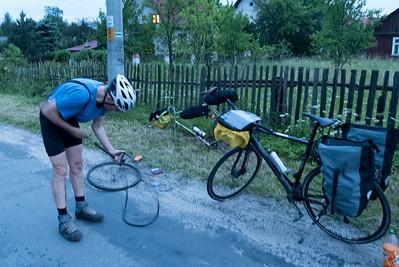 Nach der Ankunft in Krakau am Donnerstag Abend, wollten wir noch ein paar Stunden fahren. Wir hatten die Tour auf Komoot als normale Radtour geplant und mussten feststellen, dass die Wege fast unfahrbar waren. Es wurde dunkel, wir waren mitten im Wald und waren am Ende froh, dass wir gegen Mitternacht noch ein Hotel gefunden haben.
