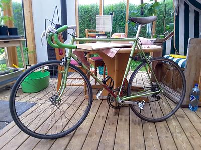 Mein fast 40 Jahre altes Rennrad ist fertig für die von Krakau nach Siegen. Etwa 1050km liegen vor uns. Bis auf den letzten Teil (Sauerland) ist die Strecke recht flach. Es wurden am Ende 6750 Höhenmeter, davon über 2400 am letzten Tag.