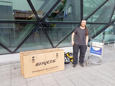 In einem Fahrradladen haben wir die Kartons für unsere Räder bekommen. Die Kartons haben wir am Flughafen gelassen.