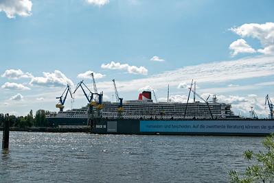 Dank Navi konnte ich problemlos quer durch Hamburg fahren. Im Hafen habe ich dann die QM2 gesehen. Die lag hier im Dock. Angeblich werden unter anderem Kabinen für Hunde eingebaut...
