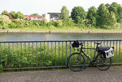 In Flensburg ging es dann los. Mit dem Navi auf dem Telefon und Kopfhöhrern habe ich tolle Wege für das Rad gefunden. Am Nord-Ostsee Kanal wäre ich aber fast verzweifelt. Das Navi wollte, dass ich den Kanal hier überquere. Aber wo ist die Brücke oder die Fähre? Die Lösung war ein Aufzug und Tunnel.