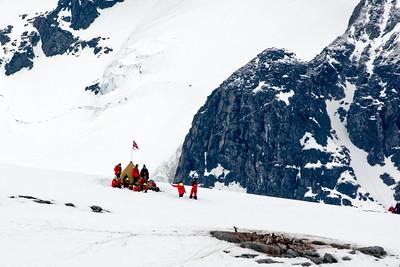 In Damoy Point hatten wir unseren letzten Landgang in der Antarktis. Dort hat die Expeditionsgruppe des Schiffes auch ein Zelt aufgebaut, wie Amundsen es auf seiner Expedition zum Südpol hatte.