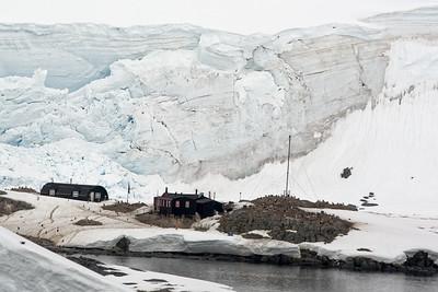 Port Lockeroy, eine britische Forschungsstation. Dort hat das Schiff unsere Post aus der Antarktis abgegeben. Wir konnten dort leider nicht an Land, da das Schiff dafür zu viele Passagiere hatte.