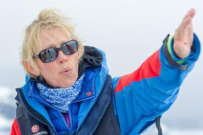 Jane, ein MItglied vom Expeditionsteam, Jane,  erzähkt etwas über die Pinguine. Sie war etwas böse, dass die Touristen von einem anderen Schiff viele Löcher hinterlassen haben, in die die Pinguine fallen können.