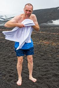 Bernd liess sich zu einem Bad im antarktischen Ozean überreden. Dafür hat er ein Diplom bekommen!