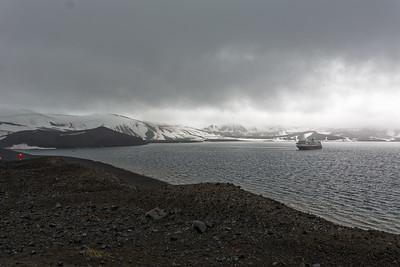 Der Landausflug geht zu einem kleinen Krater auf der Insel.