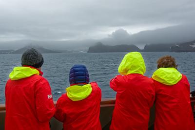 Einfahrt in die Kaldera von Deception Island, einem aktiven Vulkan. Die Jacken haben alle Gäste vom Veranstalter (Hurtigruten) bekommen. Warme Stiefel gab es auch, aber die mussten am Ende der Reise wieder abgegeben werden.