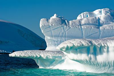 Auf einer Ausfahrt mit den Schlauchbooten in der Nähe von Enterprise Island kamen wir ganz nah ein die Eisberge.
