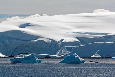 Am Nachmittag des 1. Weihnachstags waren wir in der Nähe von Enterprise Island. Dort haben wir mit den Booten die Eisberge besucht.