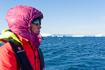 Die Cruise in den Motorbooten zu den Eisbergen dauerte über eine Stunde. Helga hatte alles angezogen, was sie hatte.