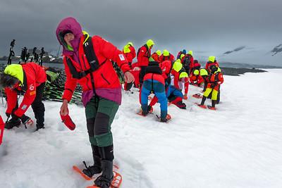 Schneeschuhlaufen ist eine der wenigen Veranstaltungen, die nicht im Preis enthalten ist. Das Anziehen der Schneeschuhe war nicht einfach.